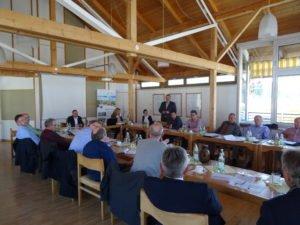 Alois Dorfner (stehend), Projektleiter bei CenTouris für die ARGE Ilztal & Dreiburgenland, präsentiert im Rahmen der Sitzung der ILE-Gemeinden am 28. März in Fürstenstein in Ziele für das Jahr 2017. (Foto: M. Bauer)