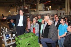 Dr. Tobias Lührig (Geschäftsführer, Beinbauer Group Büchlberg) erläuterte seiner Gruppe bei der Führung durch die Produktionshallen die Fertigungsschritte.